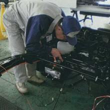 電気自動車の仕上がりを確認