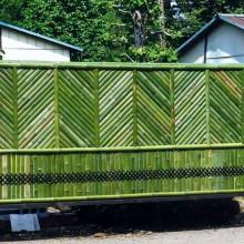 上部は竹を斜めに配置し、下部は『菱からげ』で編み上げた創作竹垣