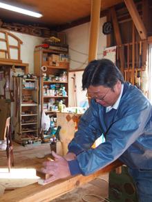 「師匠からもらったものは一生の宝」と愛用の道具を使う高田さん