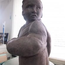 見た目だけでなく触った時の質感まで表現された銅像