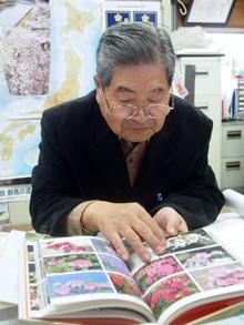 自著を手に恩師を語る熊倉さん