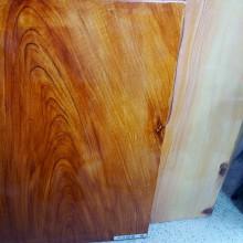 「木の種類によって塗装方法も変える」 左:ナラ 右:スギ