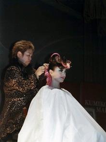 ヘアショーで実演する山田さん